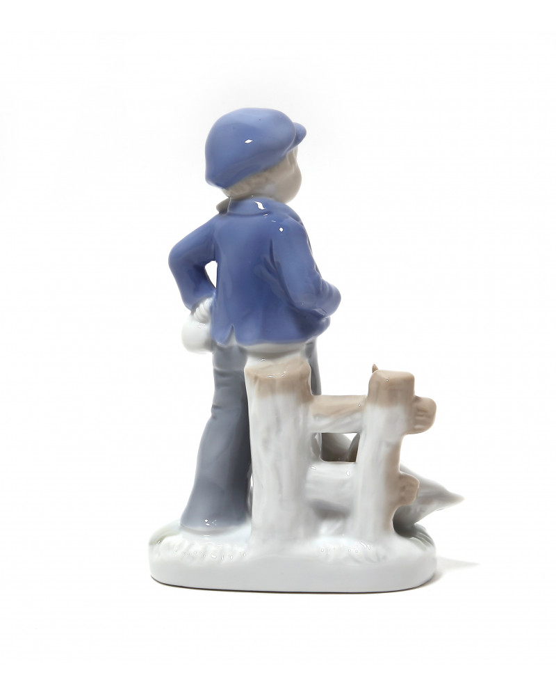 """Фарфоровая статуэтка """"Мальчик с гусями"""".  Ручная подглазурная роспись."""