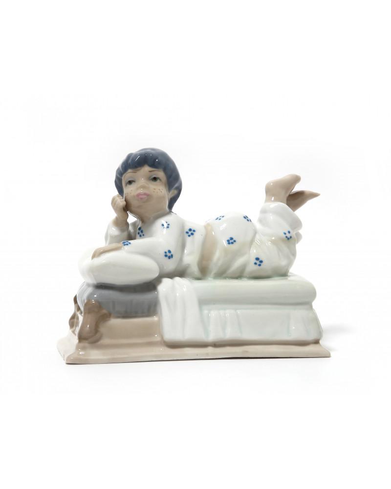 """Фарфоровая статуэтка """"Малыш на кровати"""". Casades."""